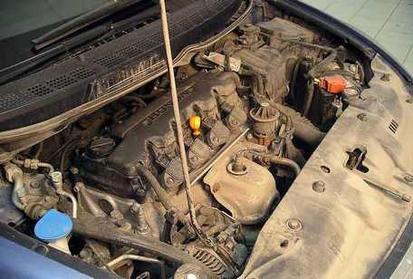 Грязный двигатель автомобиля