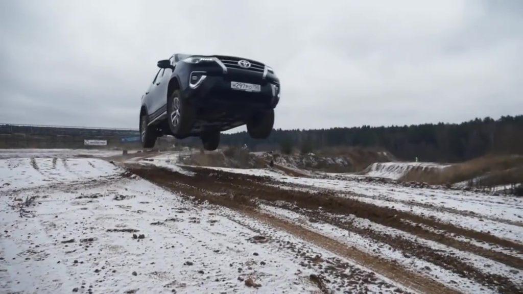 Toyota Fortuner на трамплине