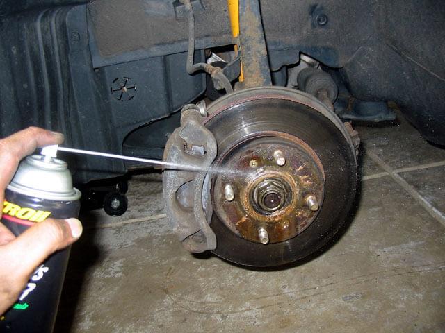 Чем очистить тормоза? Почему нужно чистить тормозные диски?